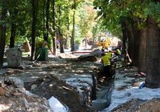Stadtstraße mit dem ausgegrabenen Abzugsgraben Lizenzfreie Stockfotografie