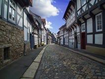 Stadtstraße mit schönen Häusern Morgen im Wernigerode stockfoto