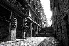 Stadtstraße mit Treppe und Leuten Stockfotos