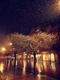Stadtstraße nachts schneebedecktes des Winters mit dem Leutegehen Unscharfe Stadt-Leuchten schneefälle lizenzfreie stockfotografie