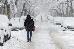 Stadtstraße und -autos bedeckt im Schnee