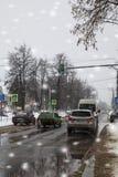 Stadtstraße und -autos im Winter Stockfoto