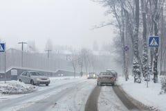 Stadtstraße unter Schnee während des schweren Blizzards im Winter Schlechte Schneeräumung Duschniederschlag Schneefälle weat Stockfotos
