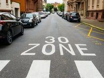 Stadtstraßen-Auto parki persönlicher Perspektive 30 Kilometer-Zone pov französisches Stockfotos