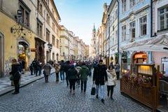 Stadtstraßenansicht Prags alte mit den Leuten, die vorbei gehen Lizenzfreies Stockfoto