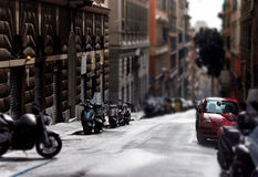 Stadtstraße mit geparkten Autos und motocycles Lizenzfreie Stockfotos