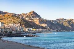 Stadtstrand in Giardini-Naxos und in der Ansicht von Taormina Lizenzfreie Stockfotografie