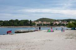 Stadtstrand am Sommertag in Rovinj in Kroatien Stockbilder
