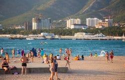 Stadtstrand von Gelendzhik in der Höhe der Ferienzeit Lizenzfreie Stockfotos