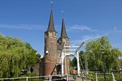Stadttor Oostpoort und Radfahrer, Delft, die Niederlande lizenzfreie stockfotografie