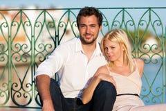 Stadttourismus - Paar in den Ferien auf Brücke stockbild