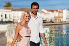 Stadttourismus - Paar in den Ferien auf Brücke stockbilder