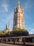 Stadttram, die vorbei nahe dem Pey Berland-Turm im Bordeaux, Frankreich überschreitet stockfotografie