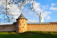 Stadtturm und Glockenturm in Novgorod der Kreml bei buntem Herbstsonnenuntergang in Veliky Novgorod, Russland Lizenzfreie Stockfotografie