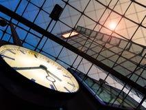 Stadtuhr - abstrakte Glas- und Metallzusammensetzung Stockfotografie