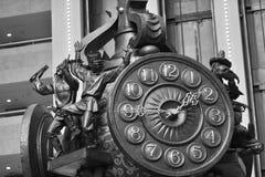 Stadtuhr mit Dekorelementen in Form von Statuetten Stockbild
