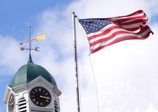 Stadtuhr und die amerikanische Flagge Lizenzfreies Stockbild