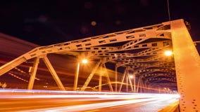 Stadtverkehr auf Brücke Krung Thep nachts Brücke Krung Thep ist in Bangkok, Thailand Zeitspanne und loopable stock footage