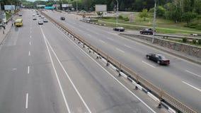 Stadtverkehr, drei Wege jede Seitenstraße, Autos fährt Tageszeit stock footage