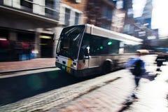 Stadtverkehr mit einem allgemeinen Bus lizenzfreie stockfotografie
