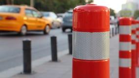 Stadtverkehr mit Verkehrskegeln stock video