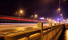 Stadtverkehr nach langem Belichtungsfoto des Einbruchs der Nacht A auf einer Landstraße im Porzellan lizenzfreies stockbild
