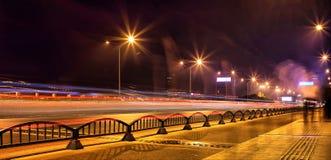 Stadtverkehr nach langem Belichtungsfoto des Einbruchs der Nacht A auf einer Landstraße im Porzellan lizenzfreie stockfotos
