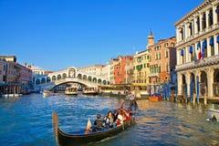 Stadtverkehr nahe zur Rialto Brücke in Venedig Stockfotografie