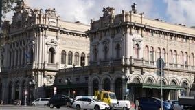 Stadtverkehr vor der Station stock footage