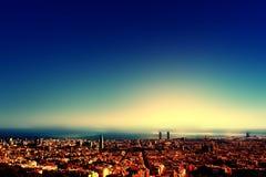Stadtvogelansicht nach Sonnenuntergang, schönes Stadtbild Barcelonas Lizenzfreie Stockfotos