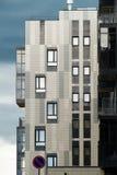 Stadtwohngebäude des modernen Designs in der Stadt Lizenzfreie Stockbilder