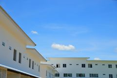 Stadtwohnung mit blauem Himmel und flaumigen Wolken Lizenzfreie Stockbilder