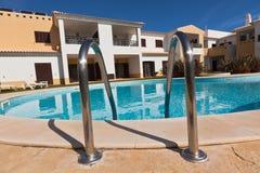 Stadtwohnung mit Wohnungen und Swimmingpool stockbilder