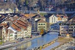 Stadtwohnungen durch den Aare-Fluss in Bern Lizenzfreie Stockfotografie