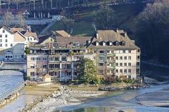 Stadtwohnungen durch den Aare-Fluss in Bern, die Schweiz Lizenzfreie Stockbilder