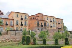 Stadtwohnungsbau am sonnigen Tag Stockfotos