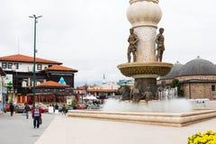Stadtzentrum der Brunnen- und Straßenansicht herein von Skopje stockfoto