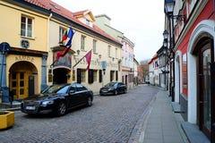Stadtzentrum-Straßenansicht Vilnius alte über Frühling Lizenzfreies Stockbild