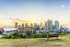 Stadtzentrum von Calgary bei Sonnenuntergang während der Sommerzeit, Alberta, Kanada lizenzfreies stockbild