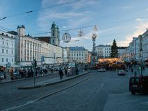 Stadtzentrum von Linz mit Geschäften während des Weihnachtsmarktes stockfotografie