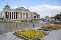 Stadtzentrum von Skopje, Mazedonien - archäologisches Museum und Blumengärten Lizenzfreie Stockfotografie