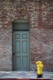 Stadtziegelsteine mit gelbem firehydrant Stockfotografie