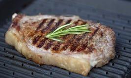 Staek da carne na grade Fotos de Stock