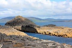 Staffa, eine Insel des inneren Hebrides in Argyll und hochgebogene Hinterkante, Schottland Stockfotografie