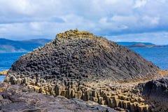 Staffa, eine Insel des inneren Hebrides in Argyll und hochgebogene Hinterkante, Schottland Lizenzfreie Stockfotos