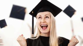 Staffelung - tragendes Kleid und Kappe des glücklichen Studenten stock video