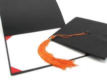 Staffelungschutzkappe, Troddel und leeres Diplomfeld lizenzfreie stockfotos