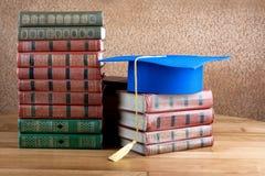 Staffelungsdoktorhut auf Stapel Bücher Lizenzfreies Stockfoto