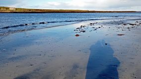 Staffin-Bucht, die Dinosaurierbucht, an einem bewölkten Tag - Insel von Skye, Schottland stock footage