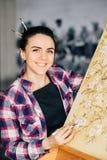 Staffli för kanfas för målare för kvinna för konstnärarbetsstudio arkivbilder